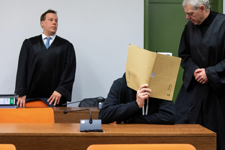 Der wegen versuchten Mordes an zahlreichen Frauen und Mädchen 30-jährige Angeklagte (2.v.l.) kommt vor Prozessbeginn im Landgericht zusammen mit seinen Anwälten Klaus Spiegel (2.v.r.) und Matthias Bohn (l) in den Sitzungssaal.