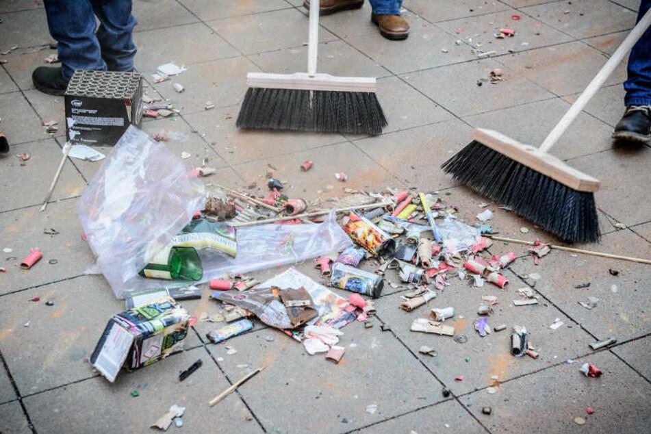 Wer auf der Straße böllert, muss seinen Müll danach auch wieder wegräumen. (Symbolbild)