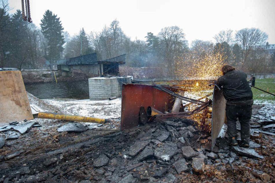 Jetzt wird gebaggert: Seit Donnerstag wird die Ruine abgerissen.
