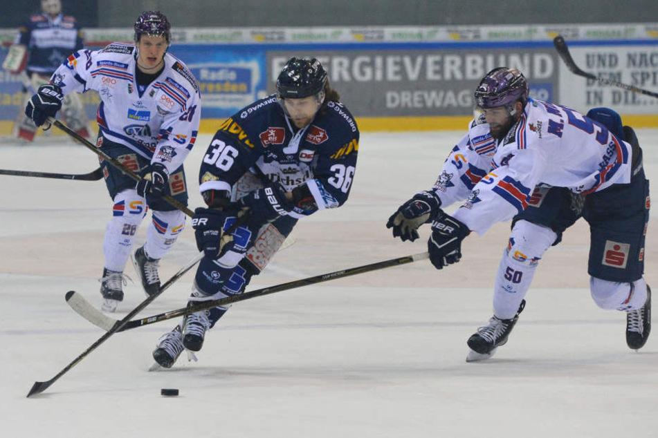 Eislöwen-Kapitän René Kramer (M.) fand im Heimspiel gegen Kassel, keinen Weg die Huskies auszutricksen. Klappt es dafür am Freitag in Hessen?