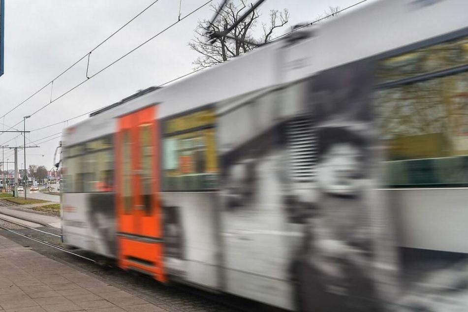 Türen öffnen auf der falschen Seite: Frau stürzt aus Stadtbahn in rollenden Autoverkehr
