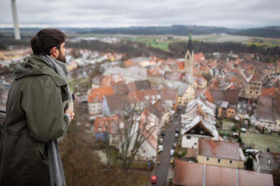 Der 31-Jährige Stadtschreiber schaut über die Stadt Rottweil.
