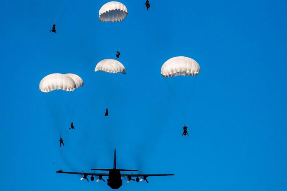 Soldaten werden bei dem Manöver per Fallschirm aus dem Transportflugzeug Lockheed C-130 Hercules per Fallschirm abspringen.