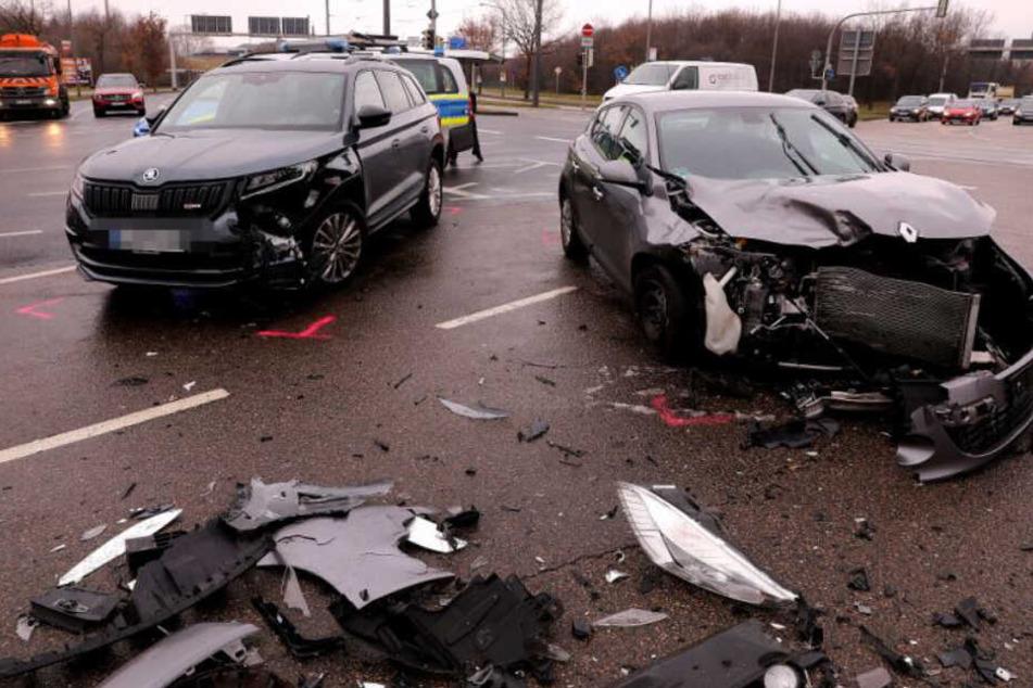 Die beiden schwer beschädigten Fahrzeuge auf der Kreuzung.
