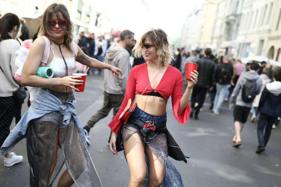 """Zwei junge Frauen feiern auf dem """"Myfest""""."""