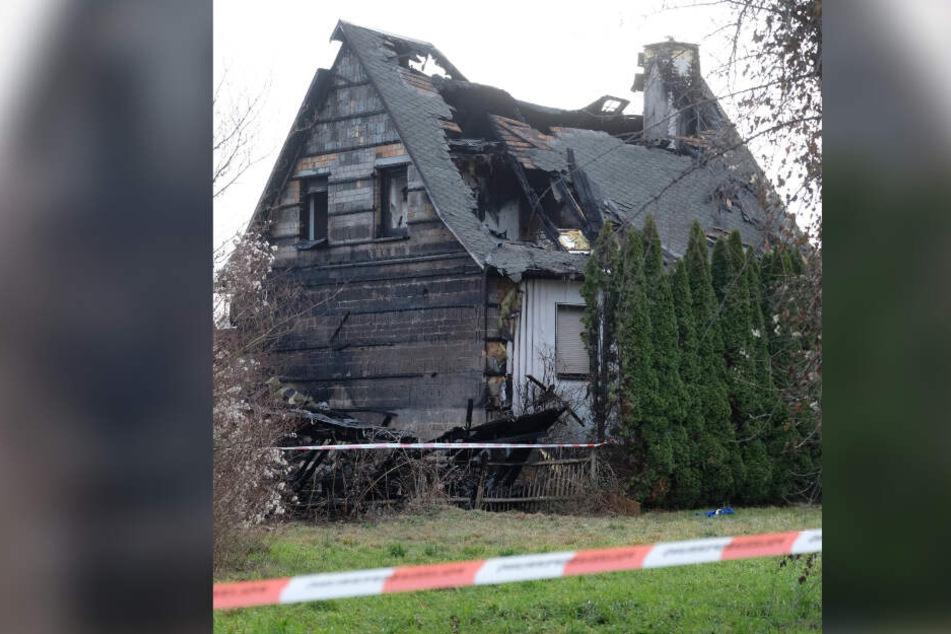 Ausgebrannt - von dem Einfamilienhaus blieb nur noch eine Ruine übrig.