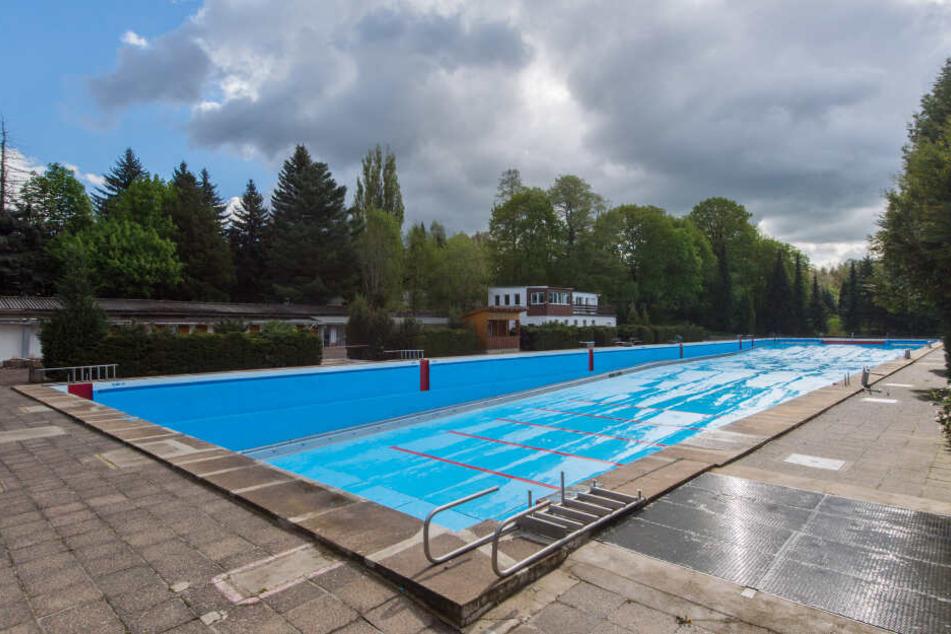 Das in Deutschland sehr seltene 100-Meter-Schwimmbecken des Bernsdorfer Freibades kann in das neue Schwimmbad integriert werden.