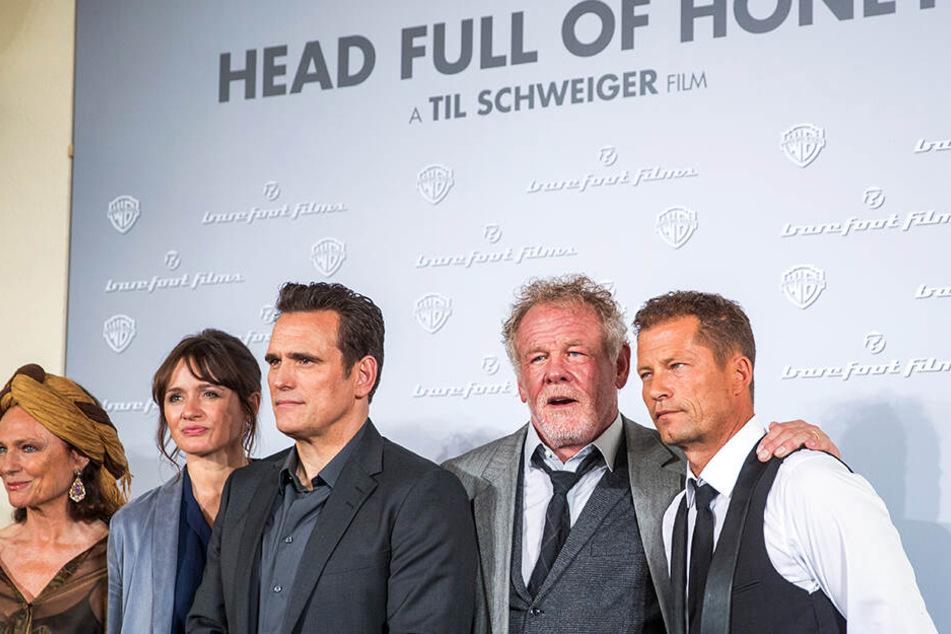 """Til Schweiger (r.) mit seinen Schauspielern (von links nach rechts) Nick Nolte, Matt Dillon, Emily Mortimer und Jacqueline Bisset aus """"Head Full Of Honey""""."""