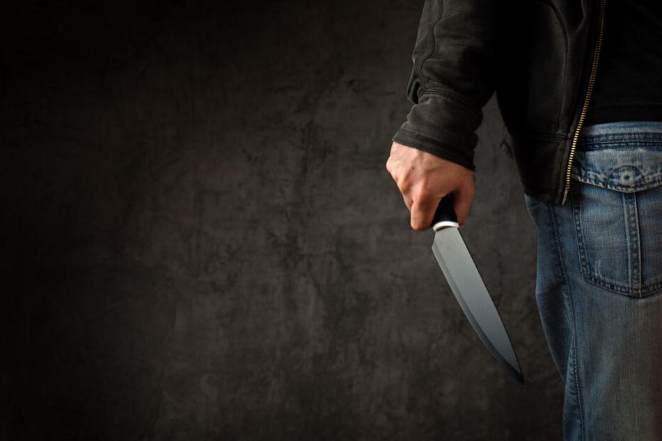 Vier Unbekannte haben zwei Männer mit einem Messer bedroht und Geld gefordert.