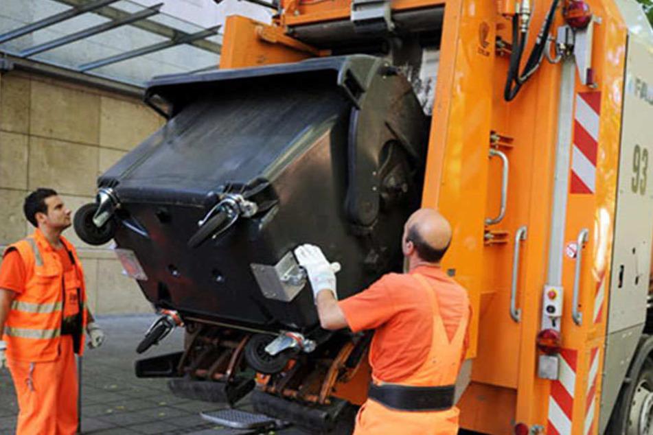 Schon beim Anheben der Mülltonne erkennt der Müllsheriff, was in die Tonne gehört und was nicht. (Symbolfoto)