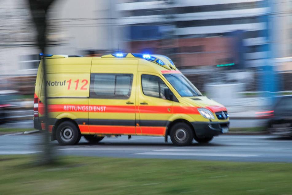 Der Verletzte wurde ins Krankenhaus gebracht. (Symbolbild)
