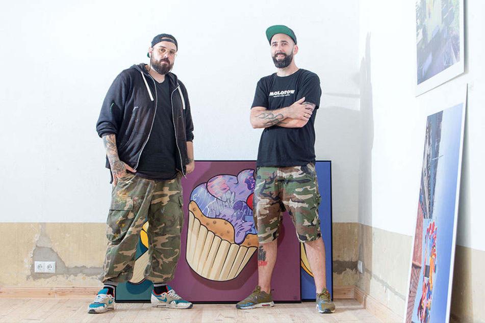 """Pablo """"Hombre"""" Fontagnier (36, l.) und André """"Boogie"""" Morgner (41) stellen als Streetart-Duo """"HomBoog"""" in der Rebel Art Galerie einen Querschnitt ihrer Werke aus."""