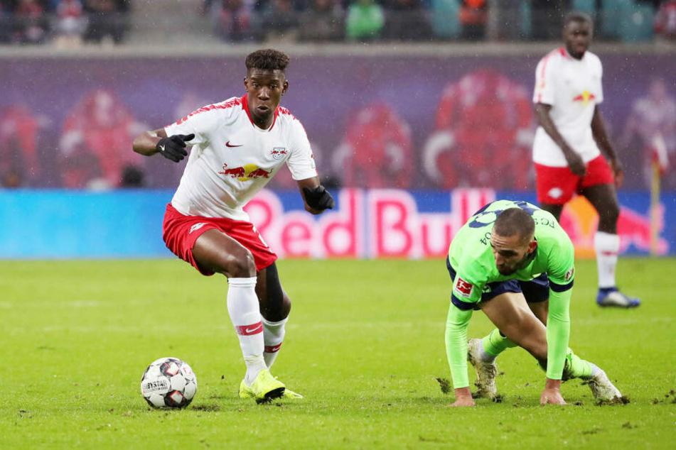 RB Leipzig (hier Nordi Mukiele, l., gegen Nabil Bentaleb) will Schalke am Samstag weiter ins Straucheln bringen.