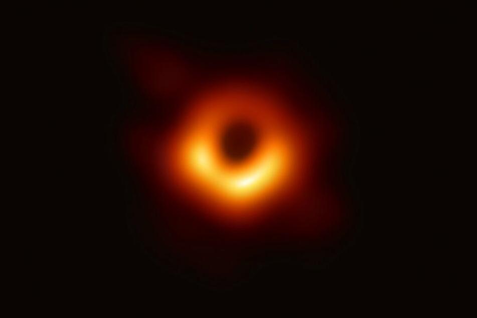 Dieses Bild ist der erste direkte visuelle Nachweis eines Schwarzen Lochs.