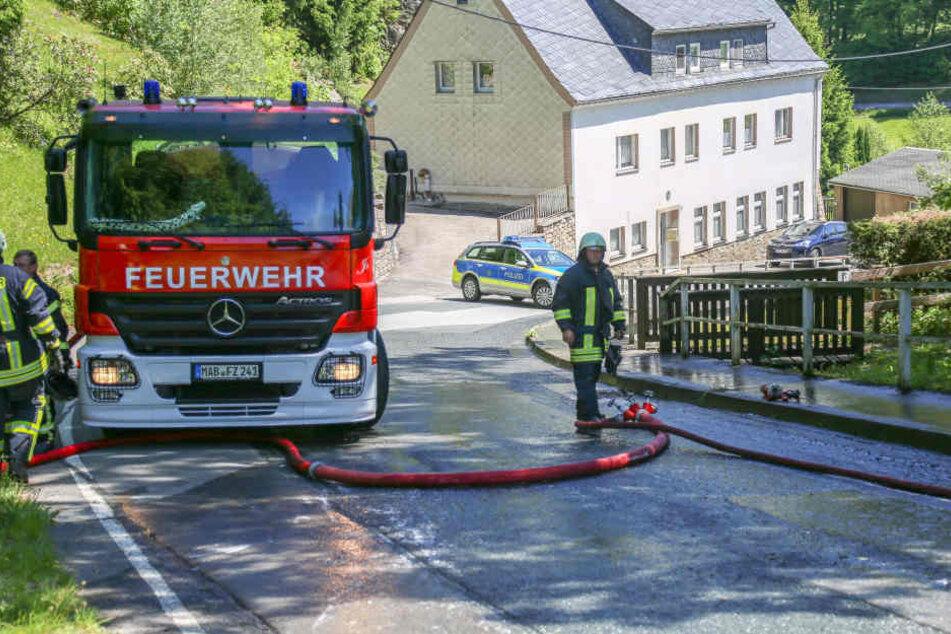 Erst mit einem Großtanklöschfahrzeug konnte der Fahrzeugbrand gelöscht werden.