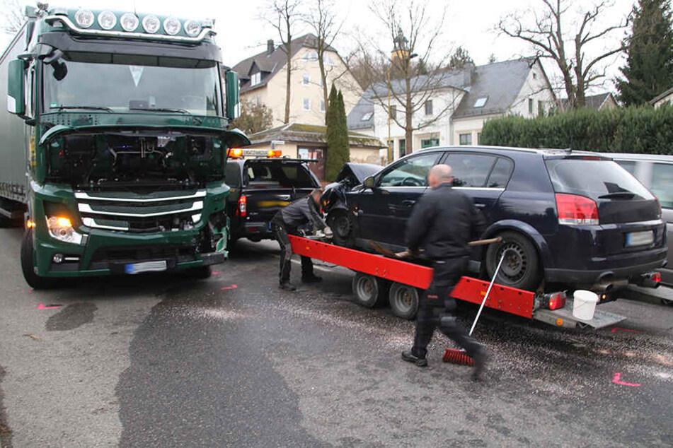 Der Laster war nicht mehr fahrbereit, er musste abgeschleppt werden.