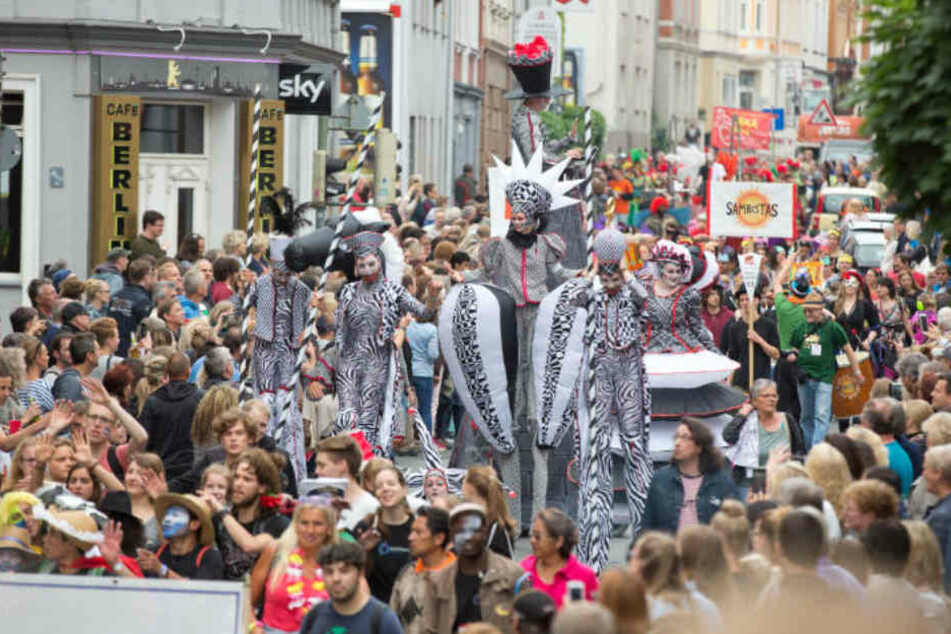 Die Straßen sind voll, wenn der Carnival der Kulturen durch die Stadt zieht.