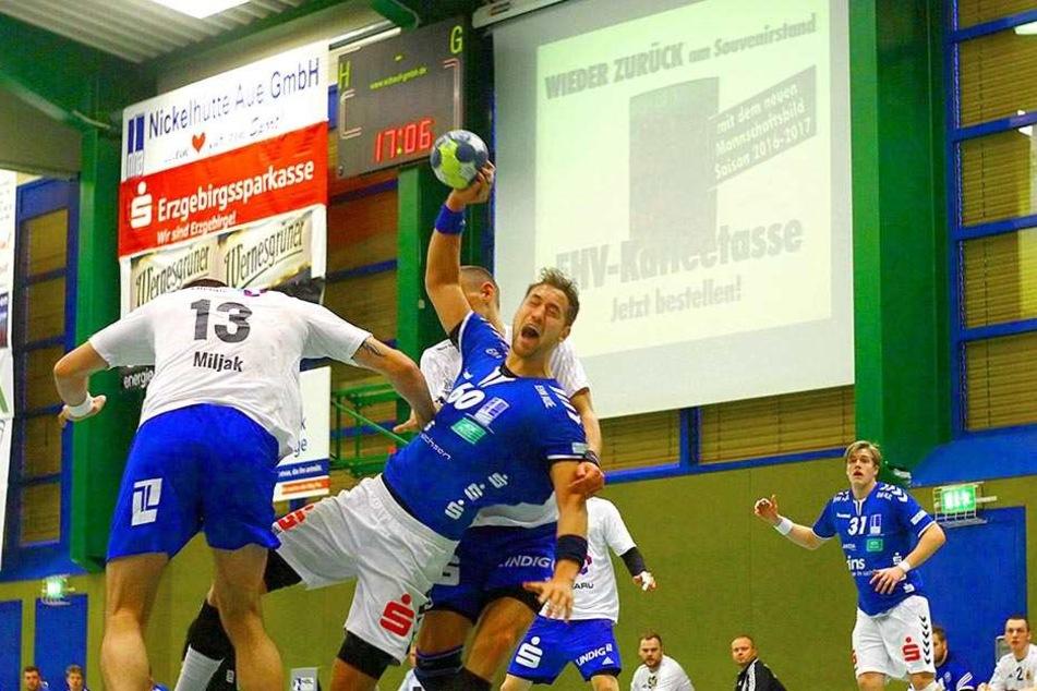 Marc Pechstein (blaues Trikot) musste mit einer roten Karte vom Platz.