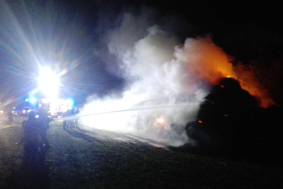 Gleich mehrere Feuerwehren sind zur Stunde dabei, den Brand zu bekämpfen.