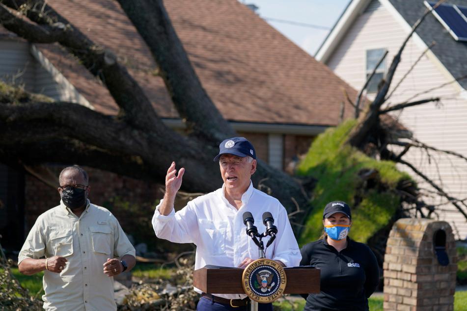 """Joe Biden (78) spricht vor Betroffenen bei einem Rundgang durch ein vom Hurrikan """"Ida"""" stark geschädigtes Viertel in LaPlace, Louisiana."""
