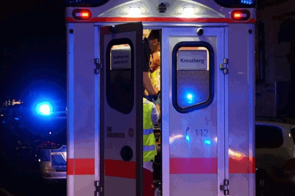 Der Verletzte wurde im Rettungswagen erstversorgt und dann in die Klinik gebracht.
