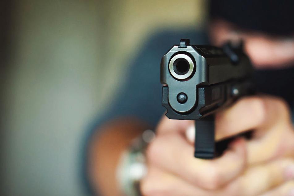 Bewaffneter Räuber stürmt Tankstelle und bedroht Kassierer und Kunde