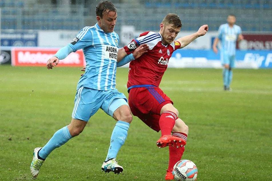 Fabian Stenzel (li.) versucht den Ball von Alexander Bieler zu erobern.