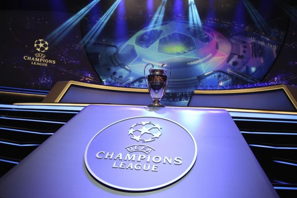Der Champions-League-Pokal steht auf einem Podest vor der Auslosung.