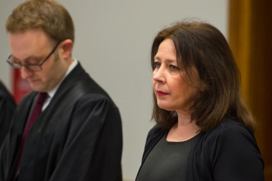 Die Mutter von Nathalie Volk steht neben ihrem Verteidiger vor Gericht.