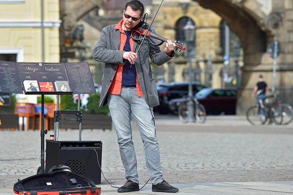 Jan Fila (37) aus Salzburg spielt E-Geige - der fehlende Resonanzkörper wird durch einen Tonverstärker ersetzt.