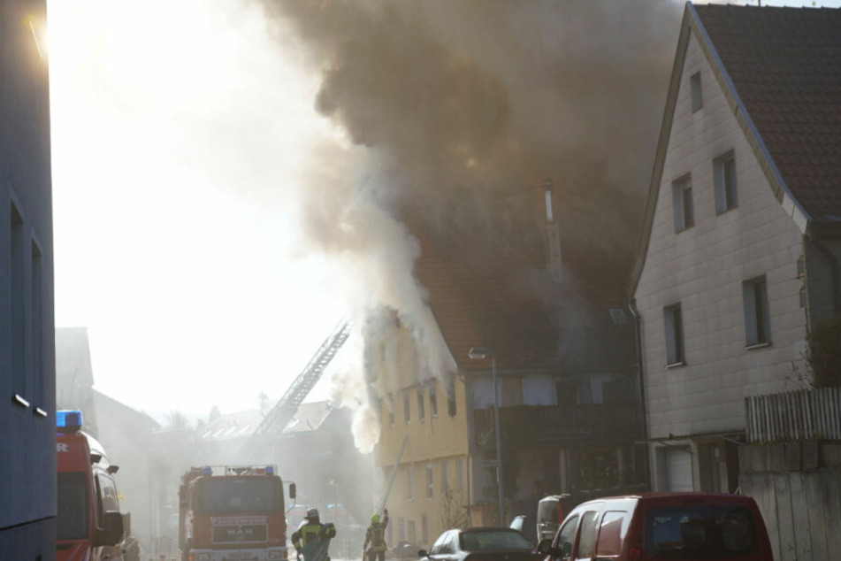 Haus steht in Flammen: Ein Mensch stirbt, Zwei verletzte