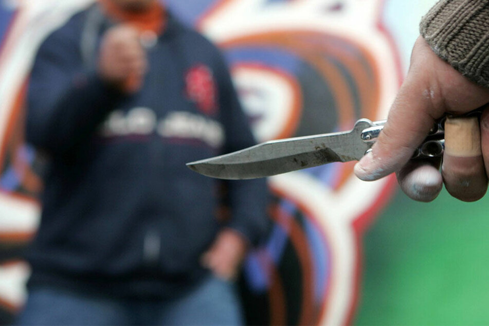 Plötzlich zückte der 18-Jährige ein Messer und verletzte sei Opfer. (Symbolbild)