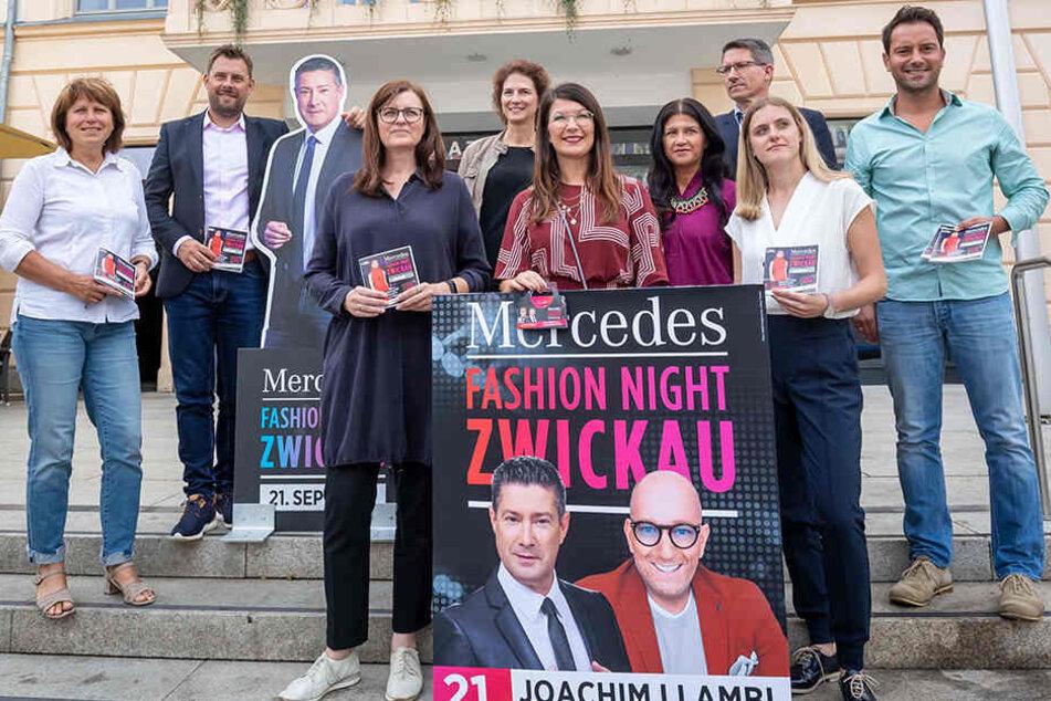 """Die Organisatoren präsentieren das Programm der """"Mercedes Fashion Night"""". Prominente Star-Gäste sind Joachim Llambi und Thomas Rath."""