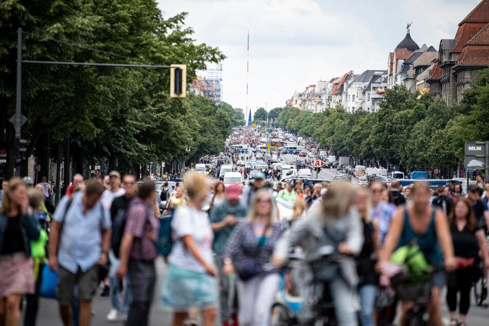 Demonstranten gegen die Corona-Maßnahmen laufen die Bismarckstraße entlang. Trotz Verbot kam es Sonntag immer wieder zu organisierten Spontan-Versammlungen.