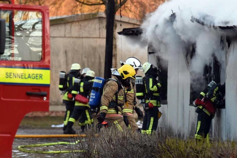 Dichter Rauch drang aus einer Baracke im Flüchtlingsheim Staumühle.