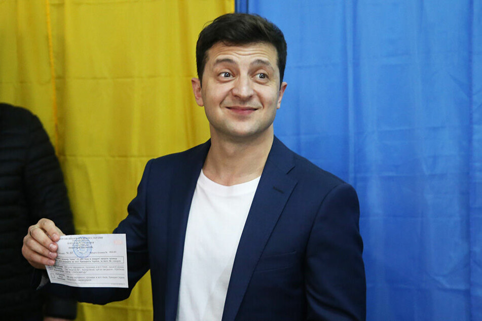 Wolodymyr Selenskyj, Komiker und Präsidentschaftskandidat, hält seinen Stimmzettel in einem Wahllokal.