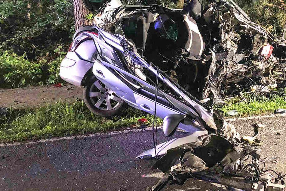 Toter nach Horror-Crash: Peugeot von Baumstamm aufgeschlitzt, Fahrer rausgeschleudert