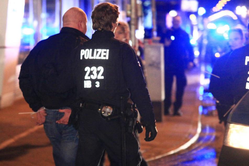 Die Polizei Bremen konnte beide Einbrecher kurz nach der Tat festnehmen., (Symbolbild)
