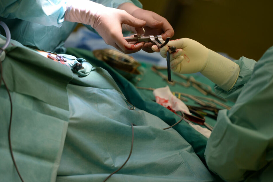 Die Frau kam ins Krankenhaus und wurde mehrere Stunden operiert. (Symbolbild)