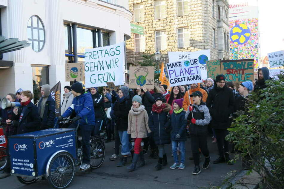 """Zahlreiche Schülerinnen und Schüler verschiedenster Leipziger Schulen nahmen am Freitag an der ersten großen """"Fridays for Future""""-Demo der Messestadt teil."""