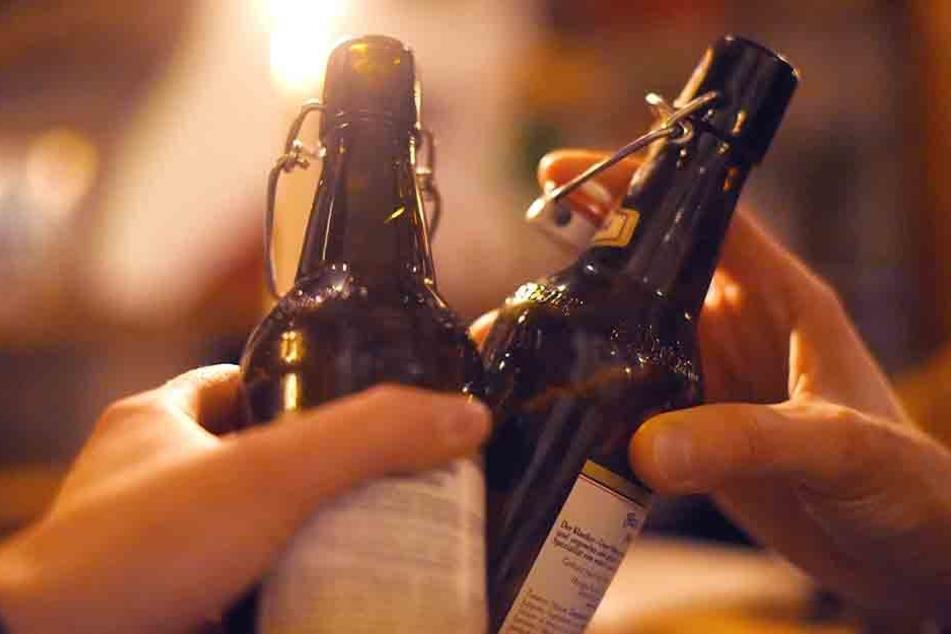 Stößchen und Tschüss: Viele Kinder und Jugendliche landen mit einer Alkoholvergiftung im Krankenhaus. (Symbolbild)