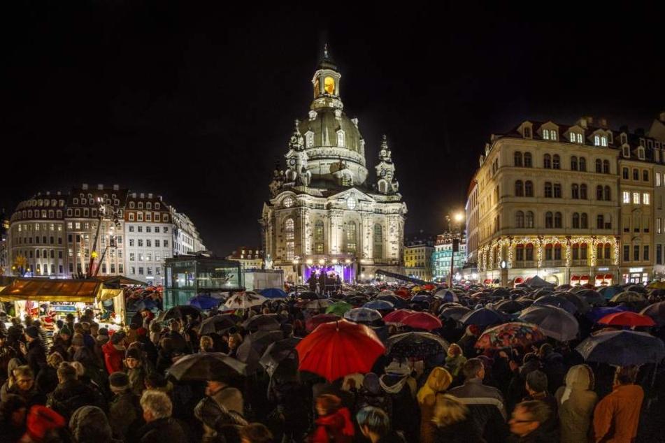 Am Sonntag kamen Zehntauende Menschen trotz strömenden Regens zur 26. Weihnachtsvesper auf den Dresdner Neumarkt.