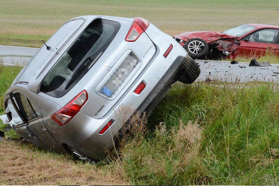 Schwerer Unfall! Zwei Autos im Graben, Vollsperrung