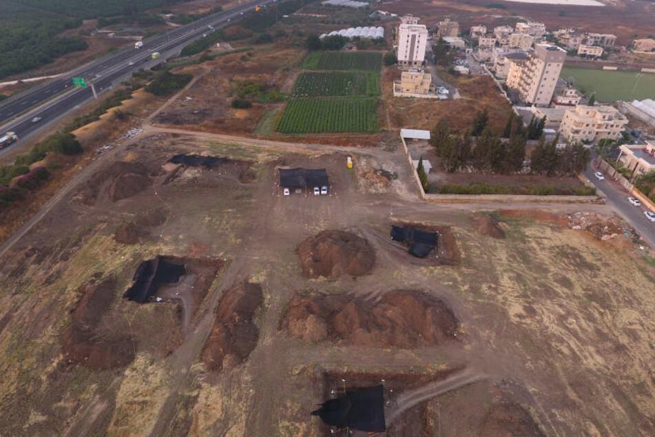 Archäologen arbeiten auf Hochtouren auf einer prähistorischen Ausgrabungsstätte in Jaljulia.