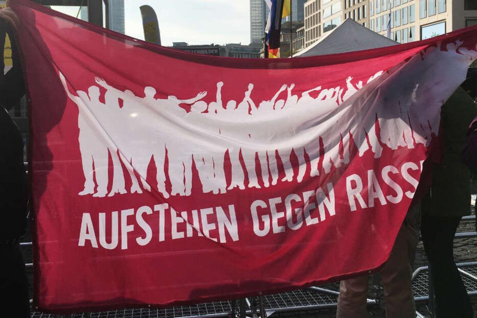 """Mit Transparenten versuchten die Gegendemonstranten, die """"Pax Europa""""-Aktivisten zu verhüllen."""