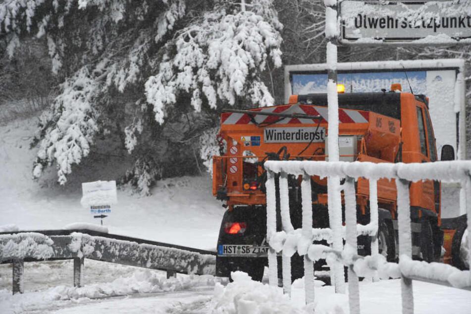 Die Winterdienste leistete Akkordarbeit und machten die Straße halbwegs wieder befahrbar.