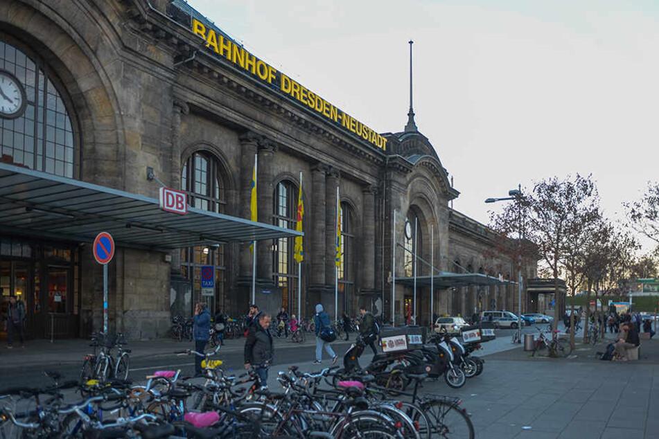 Auf einer Brachfläche rechts hinter dem Neustädter Bahnhof soll das Fahrradparkhaus gebaut werden.