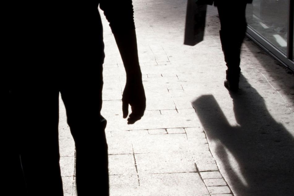 Wer hat die Männer beobachtet, die am späten Montagabend einen Mann in der Nähe der Eisenbahnstraße überfallen haben? (Symbolbild)