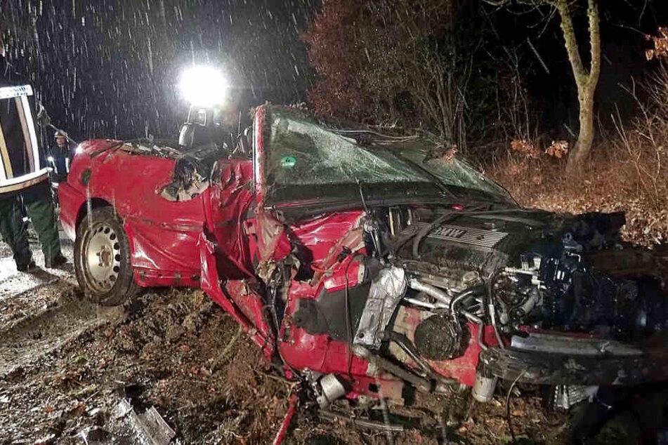 Mit ihrem 3er BMW Cabrio überschlug sich eine 20-Jährige in Bayern und krachte gegen einen Baum.