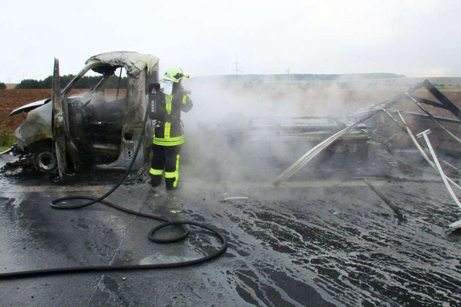 Der Transporter brannte komplett aus.